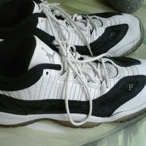 AIR JORDAN  WHITE AND BLACK SNEAKERS SIZE 7 YOUTH